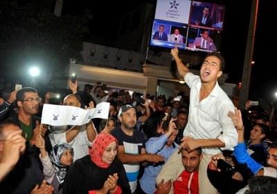 """أنصار ومتعاطفون مع """"العدالة والتنمية"""": """"الشعب يريد بنكيران"""""""