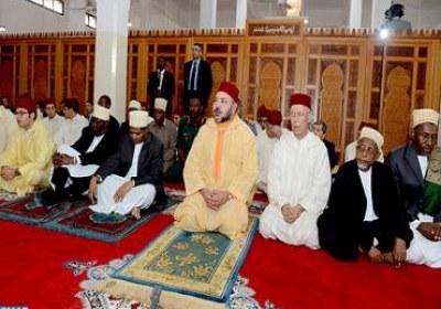 """أمير المؤمنين يؤدي صلاة الجمعة بمسجد """"الشورى"""" بزنجبار"""