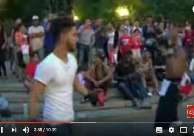 أمريكي يتحدي شاب عربي من اليمن بالملاكمة في شوارع مدينة نيويورك – شاهد من انتصر!